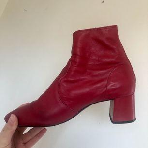 Röda boots/ klackar i fejk skinn i strl 41 men passar mig som har 40.  Köpa på second hand men är från Mango Kan frakta eller mötas upp i Stockholm C