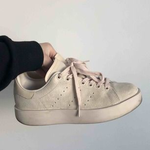 Stan Smith skor med platå, i en beige nyans :) Köpte hos & other stories! Endast använda ett par gånger så i fint Kick förutom att de är lite smutsiga. Fler bilder kan skickas vid intresse! Inköpta för 1099!