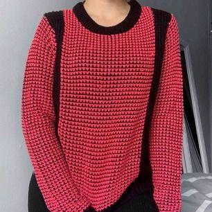 Rosa och svart stickad tröja från Gina Tricot storlek S i bra skick förutom små defekter. Frakt kostar 55kr extra, postar med videobevis/bildbevis. Jag garanterar en snabb pålitlig affär!✨