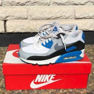 SJUKT snygga Nike air max 90 mesh skor! Gamla favoriter, dock används de sällan numera. Fint skick då de är väldigt sparsamt använda. Nypris: 1000 kr, mitt pris: 500 kr. Pris kan säker diskuteras vid snabb affär☺️ snyggaste retro skorna har ni här🤩🤩