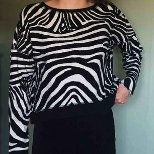 Väldigt fin tröja från lager157 med ett härligt zebramönster. Kvalitén är i stort sätt som ny då den knappt är använd.   Köparen står för frakt.
