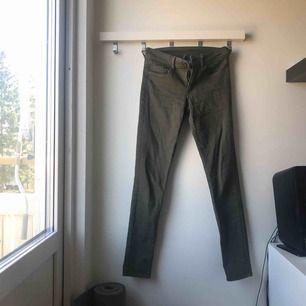Militärgröna jeans från H&M, skitsnygga men tyvärr för små för mig