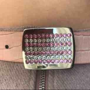 GRATIS FRAKT. Skitballt rosa bälte som passar perfekt om du ska på 90-tals fest eller liknande! Bältet är köpt vintage och är i bra kvalitet. Skriv till mig för att diskutera pris eller  fler bilder💘