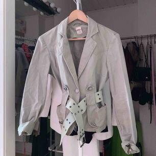 Ljusgrön/beige jacka från Only. Använd en gång så i gott skick! Frakt ingår i priset & bältet såklart! :)