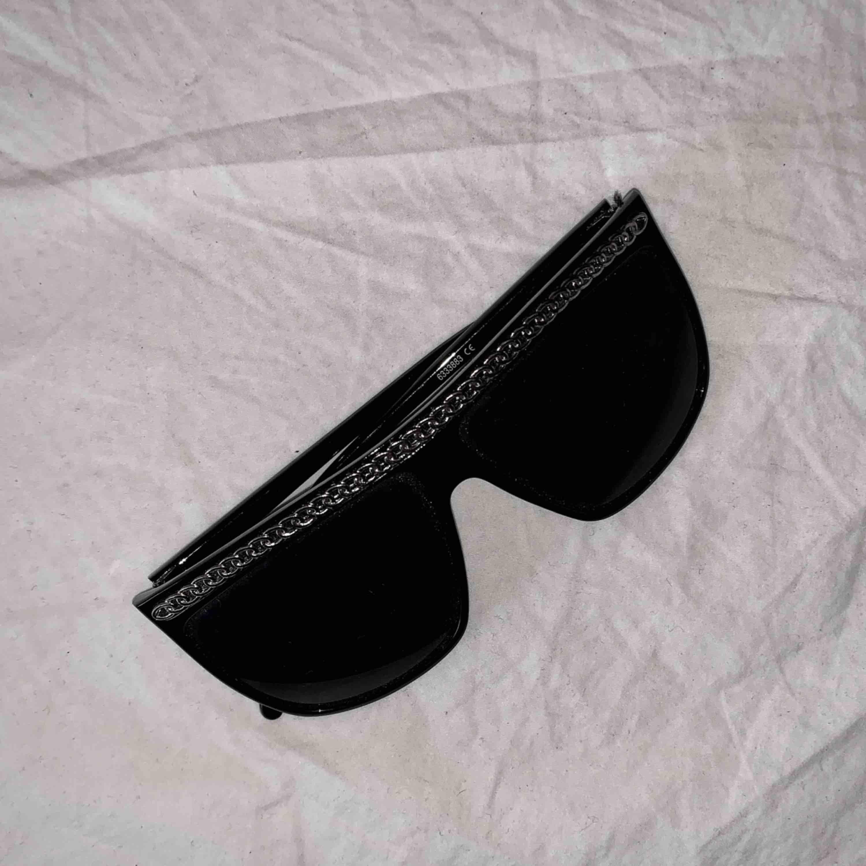 Stora solglasögon med nån silvrig kedja på! Använda en gång för instagram bild haha.. Frakt ingår i priset :). Accessoarer.