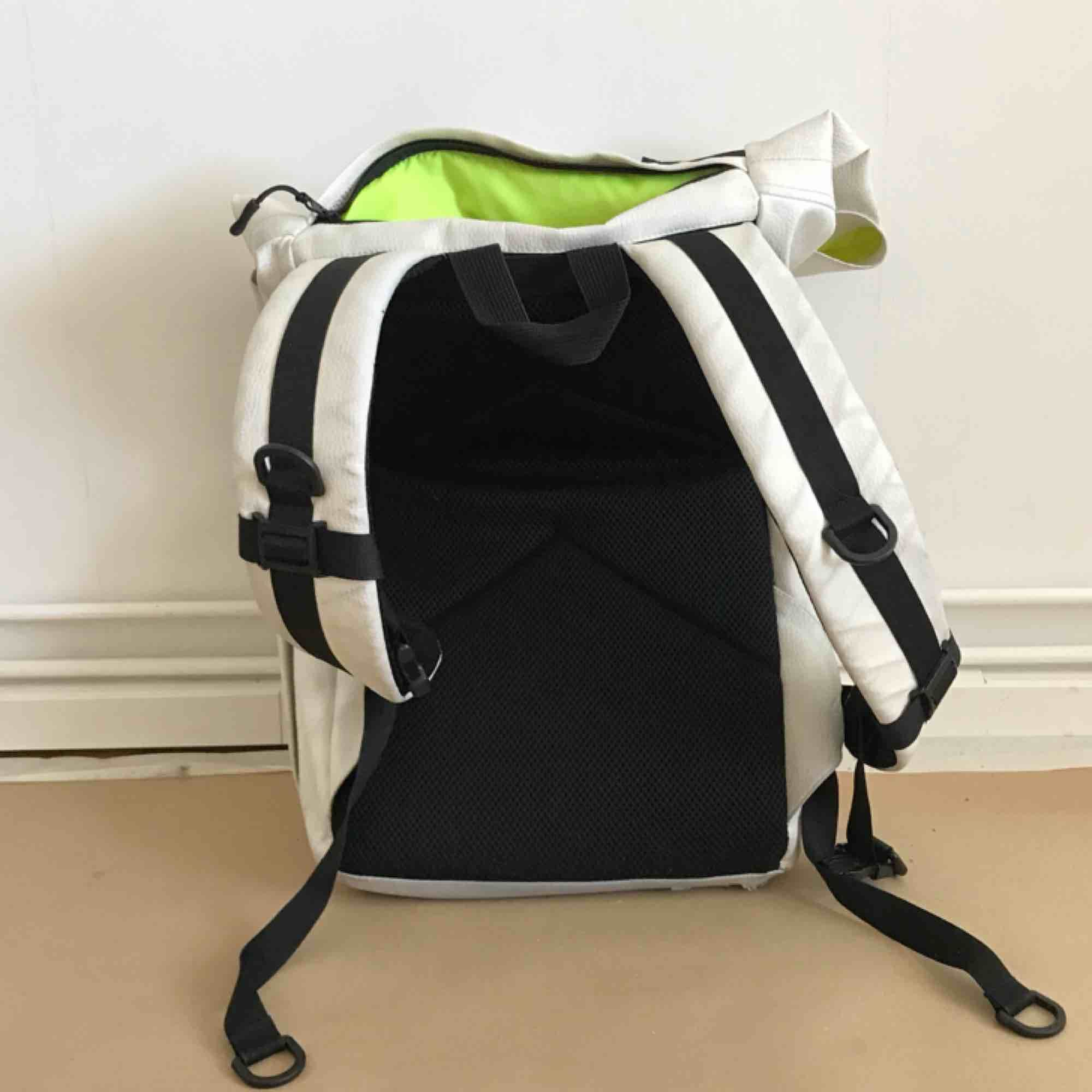Used Kossmoss biker's bag. White vegan leather Inside linen is lime green/ yellow. Everything is still functional and there are signs of use. Accessoarer.
