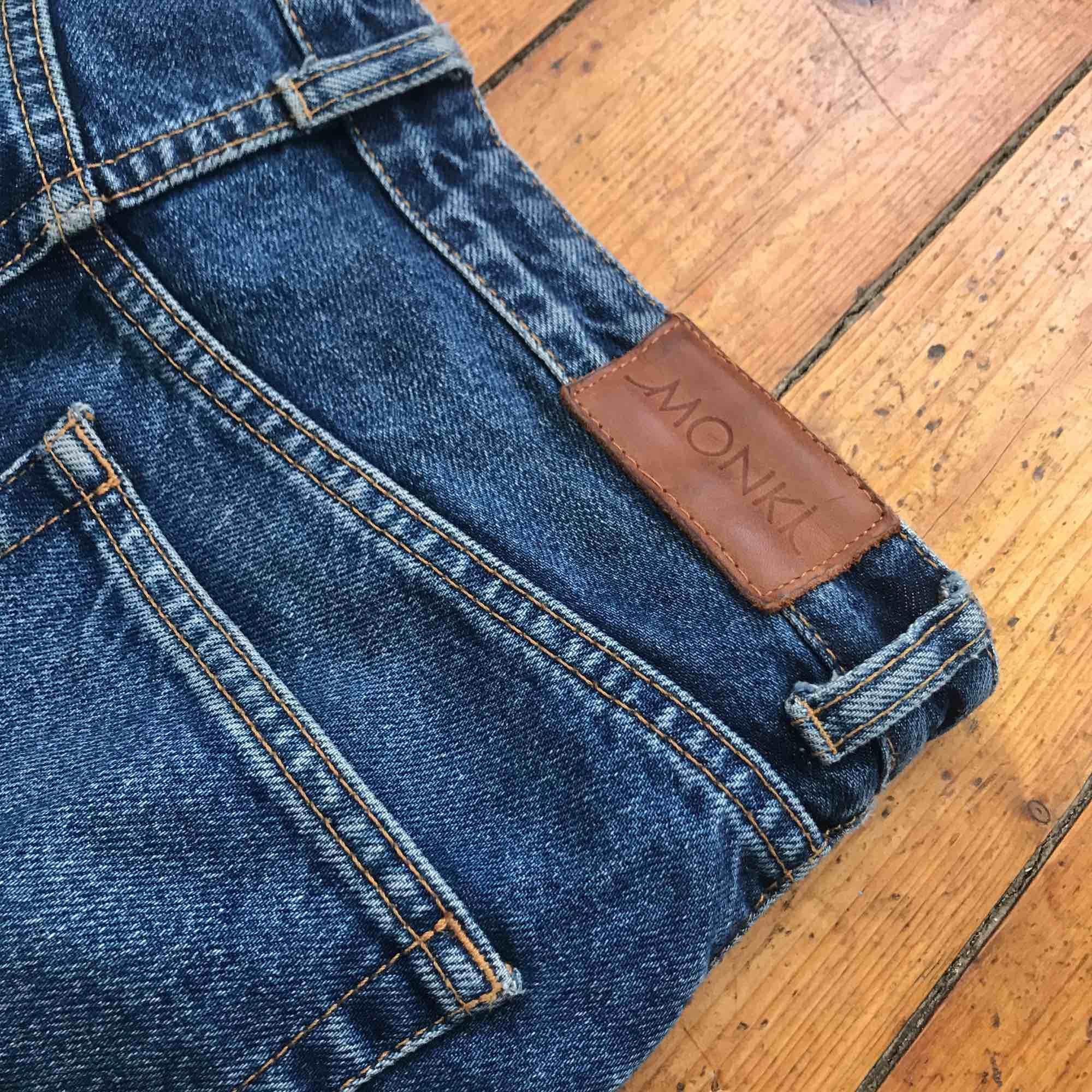 Ett par jätte fina jeans från monki som är lite för stora för mig annars hade jag gärna haft kvar dom! Står storlek 27 men skulle säga att dom nog skulle passa en 26 också! Köparen står för frakten💕. Jeans & Byxor.