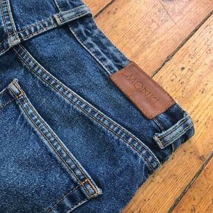 Ett par jätte fina jeans från monki som är lite för stora för mig annars hade jag gärna haft kvar dom! Står storlek 27 men skulle säga att dom nog skulle passa en 26 också! Köparen står för frakten💕