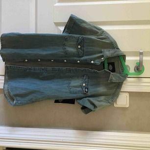 Helt ny dickies jeansskjorta köpt på schock, prislappen kvar. Priset går att diskutera, men eftersom den aldrig är använd lägger jag det ganska högt. Säljer den pågrund av att jag vet att den dessvärre aldrig kommer komma till användning