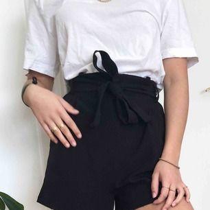 Skitsnygga högmidjade shorts! I perfekt skick, checka gärna min profil för fler plagg💕