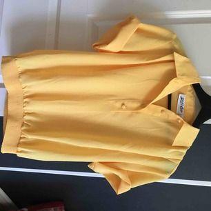 En superfin gul blus köpt på beyond retro för ett år sedan. Passar mig som är en XS, men då är den lite större på, men hade den alltid invikt i mina byxor då jag inte tyckte om plaggets nederdel. Priset går att diskutera.