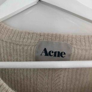 Säljer denna tröja från acne då den aldrig kommer till användning. Storlek S