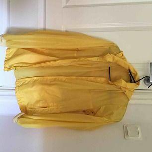 Superfin gul vindjacka köpt på beyond retro, den är lite sliten men jag tycker nästan att det gör jackan finare. Priset går att diskutera.
