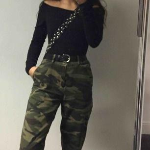 Skitnajs Militärgröna chinos byxor från NA-KD, sparsamt använda. Checka gärna mi profil för andra snygga plagg 🦋