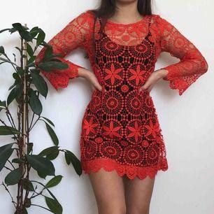 Somrig virkad korallklänning, den svarta klänningen under ingår inte men väldigt snygg att ha över bikini bland annat! Checka gärna mi profil för andra snygga plagg💞