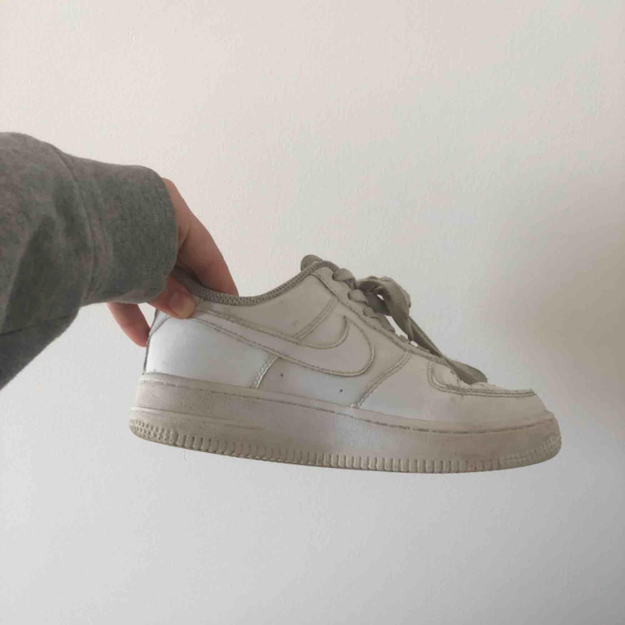 Vita Nike air force i storlek 35,5. Använda men har fortfarande mycket att ge! Väldigt skön sko. . Skor.