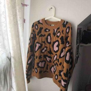 Säljer en otroligt mysig och skön tröja ifrån Nelly, säljer pga av att den inte har kommit till användning, frakt tillkommer på 59kr, hojta till om du är intresserad💓💓