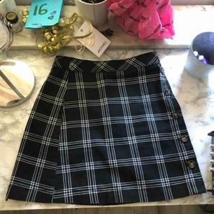 Säljer en kjol Ifrån h&m pga av att den endast har kommit till användning 1 gång, frakt tillkommer på 49kr, hojta till om du är intresserad💓💓
