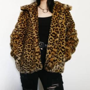Super fin leopard jacka från BikBok!! 🐆  Gör dig höstredo med denna gos!! 🍂 💕  Aldrig använd så i supert skick! Frakten är inräknad i priset 💌