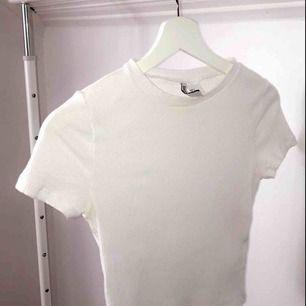 Säljer en basic vit ribbad tröja i storlek s. Tröjan ör dock väldigt liten i storleken så skulle säga att den passat för XS & XS oxå!. Betalning sker via Swish. Frakten är mellan 10-30kr