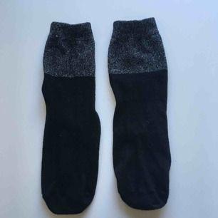 Svarta strumpor med glitter. Frakt: 9 kr
