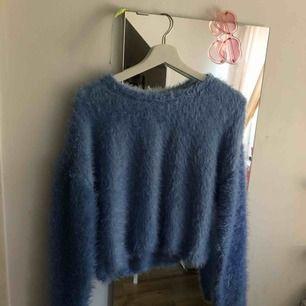 Säljer en tröja med ett fluffigt material ifrån zara, har endast använt ett fåtal gånger och säljs pga att det inte riktigt är min stil, frakt tillkommer på 59kr hojta till om du är intresserad😊💓