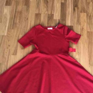 Klänning använd vid ett tillfälle så den är i gott skick. Klänningen är perfekt nu för sommaren samt vid julen.