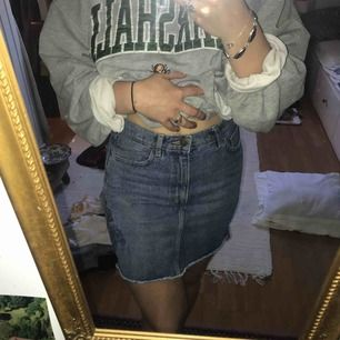 En lite längre jeanskjol med frasiga kanter. I vanlig jeansblå färg från Monki Köpare står för frakt🌸