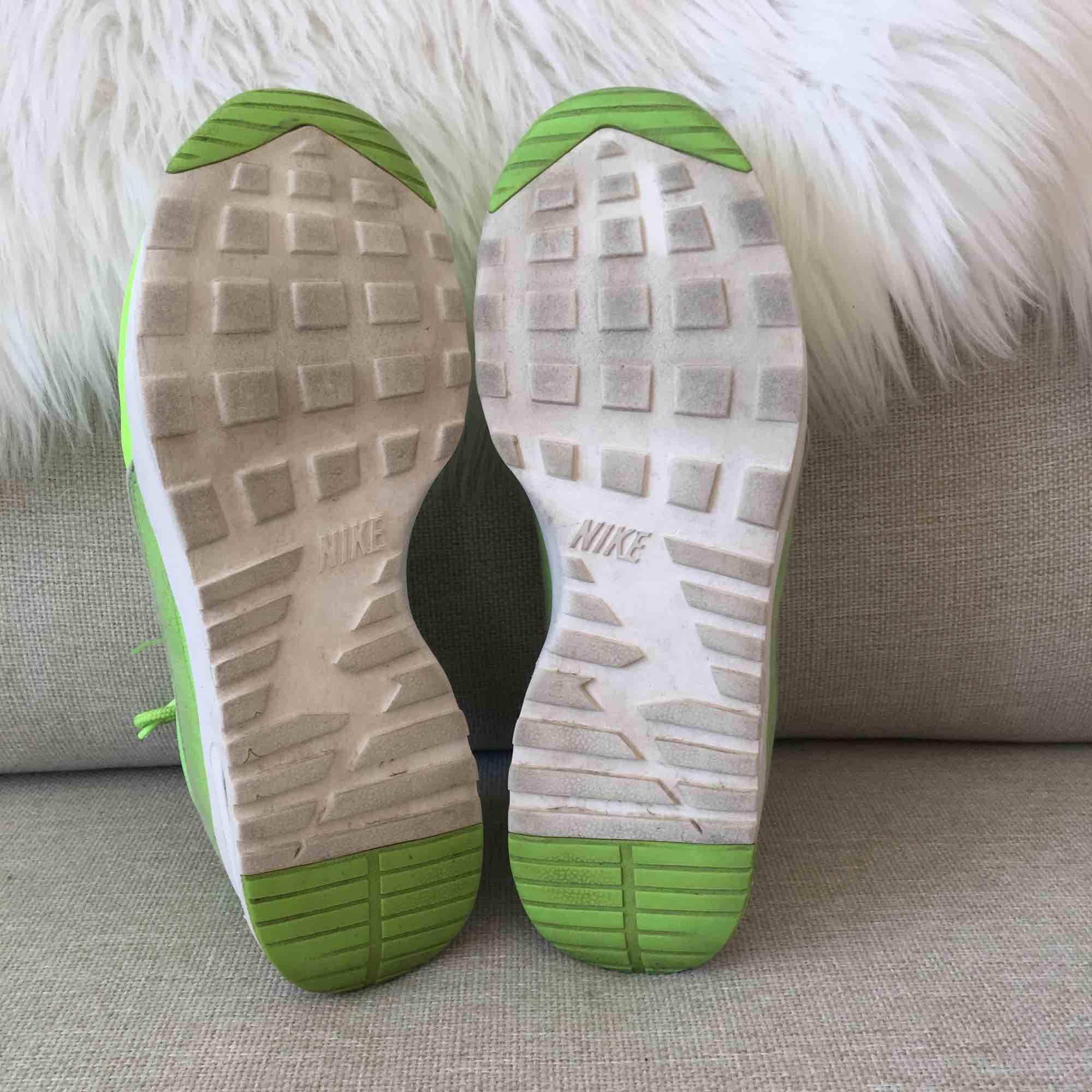 Superfina nike skor. As häftig färg! Använda inomhus, någon enstaka gång ute.   Denna modellen är väldigt små i storlekarna. Nu har lappen försvunnit i dom men det är en 37:a  Skickas mot frakt eller möts i Stocholm . Skor.