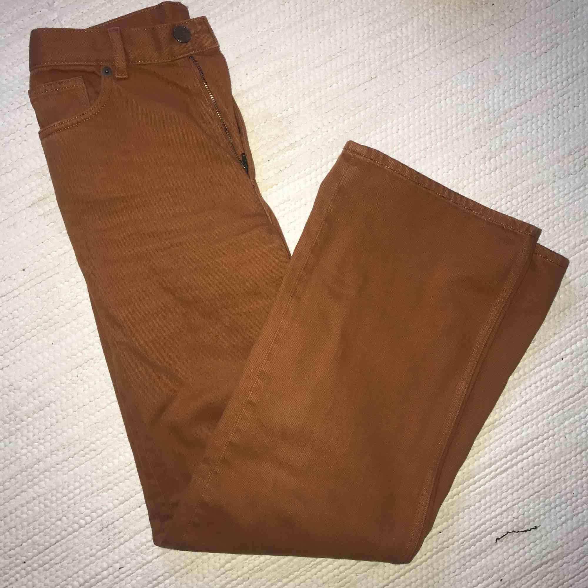 Ett par rostorange jeans från monki som blivit för små för mig. Sååå fin färg och raka ben i modellen. Köparen står för frakt. Jeans & Byxor.