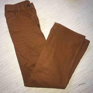 Ett par rostorange jeans från monki som blivit för små för mig. Sååå fin färg och raka ben i modellen. Köparen står för frakt