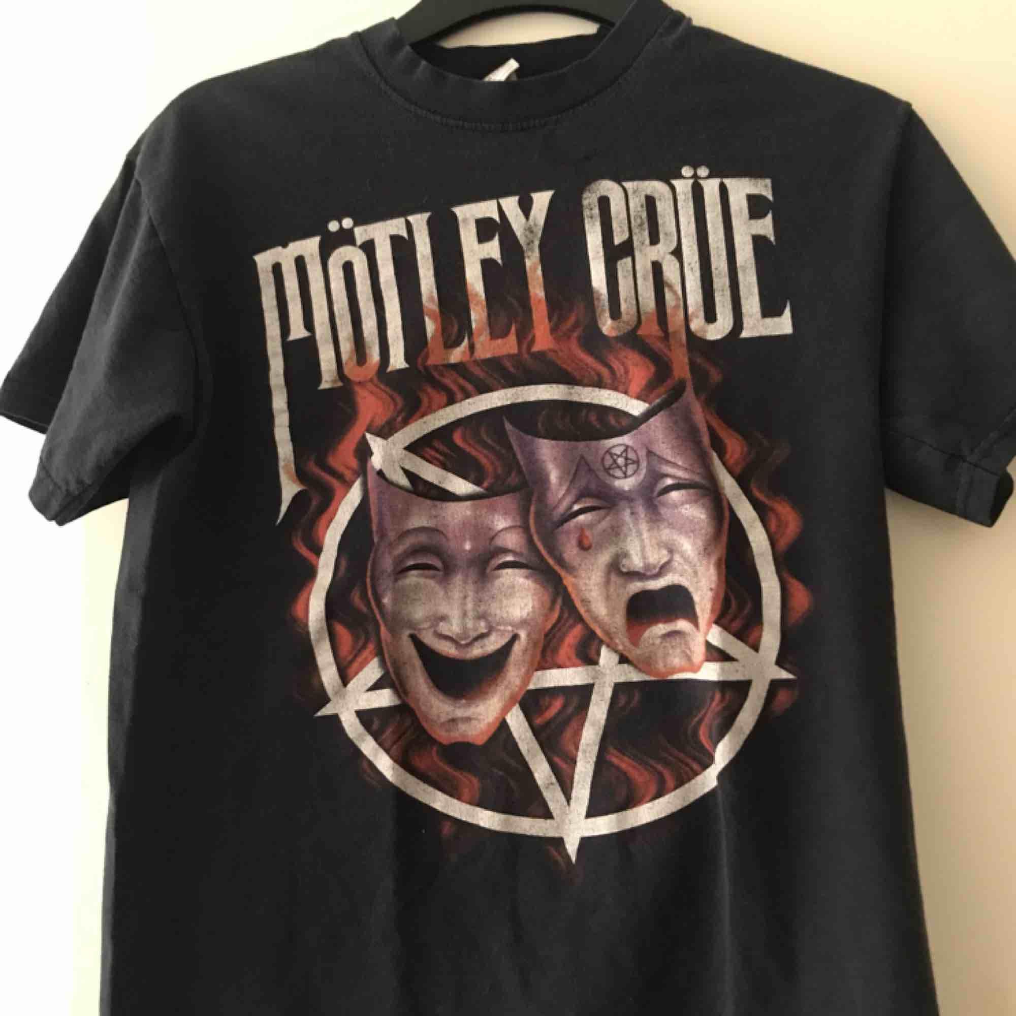 Använd men i fint skick. Mötley crüe t-shirt. Köparen står för frakt. T-shirts.