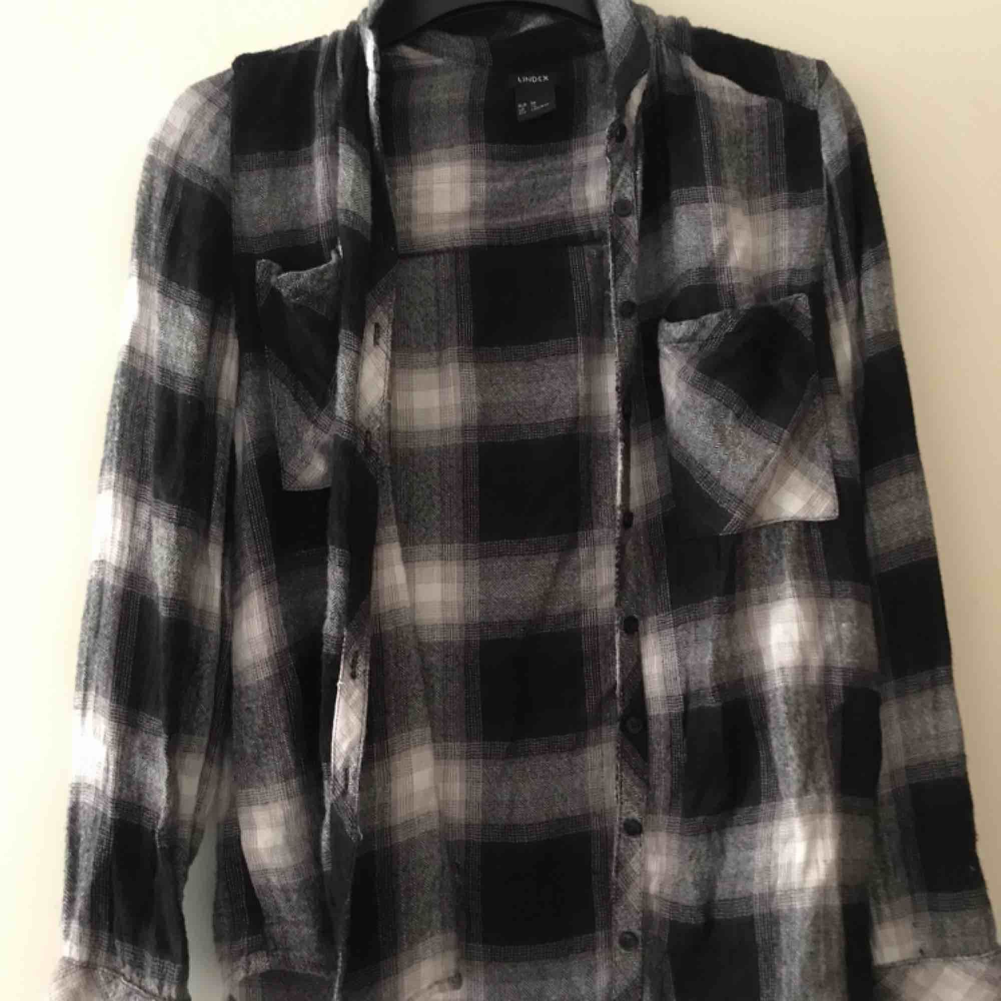 Snygg skjorta från Lindex storlek 36. Använd ett fåtal gånger, fint skick. Köparen står för frakt. Skjortor.