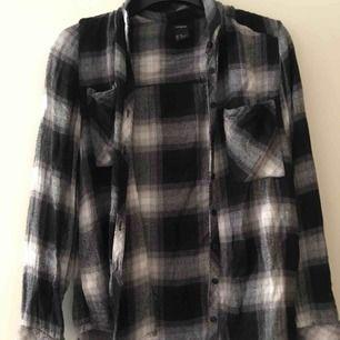 Snygg skjorta från Lindex storlek 36. Använd ett fåtal gånger, fint skick. Köparen står för frakt