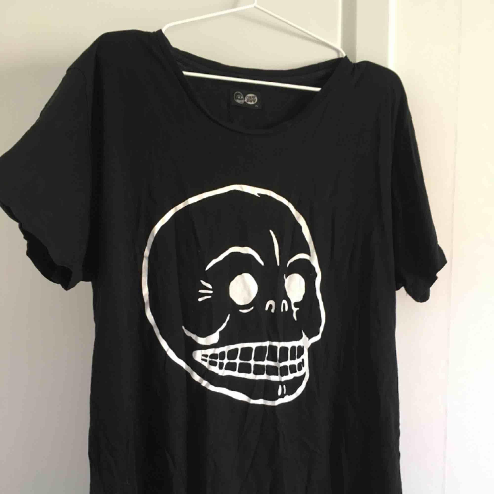 Svart cheap monday t-shirt! Snygg att ha som klänning/tunika då den är så stor! Bra skick!. T-shirts.