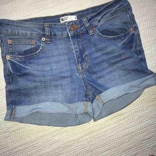 Ett par stretchiga shorts från gina Köparen står för frakt
