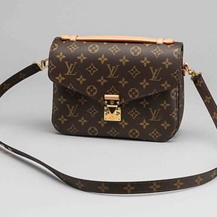 Louis Vuitton's Monogram Pochette Metis straight from the 2019 runway cruise  A replica u äkta skinn Hämtas kan frakta spårbar schenker 120kr