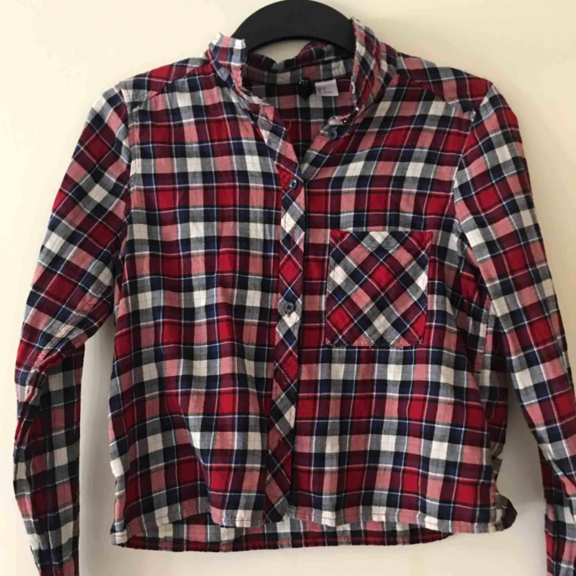 Snygg skjorta från hm! Använd en gång, fint skick. Köparen står för frakt!. Skjortor.
