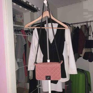 Liten axelrems väska/handväska i rosa med silvrig kedja. Använd en gång inför bild till instagram!