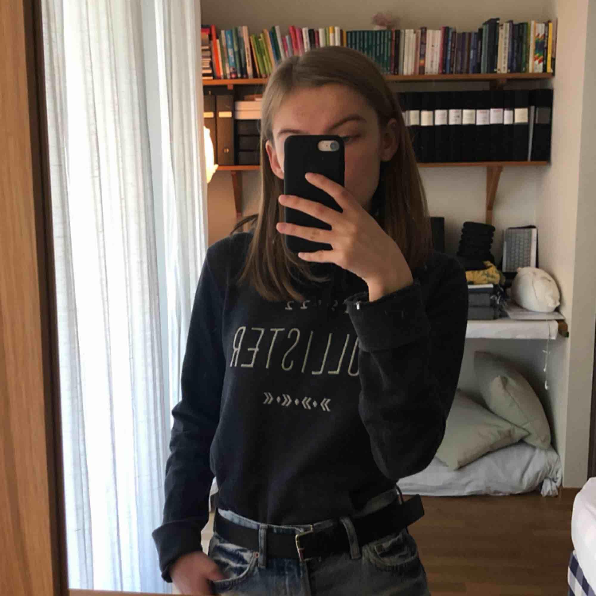 Mörkblå hoodie från Hollister!   Den är något nopprig på insidan, därav priset. Annars i fint skick!   Kan mötas i Stockholm, annars står köparen för frakt. . Huvtröjor & Träningströjor.