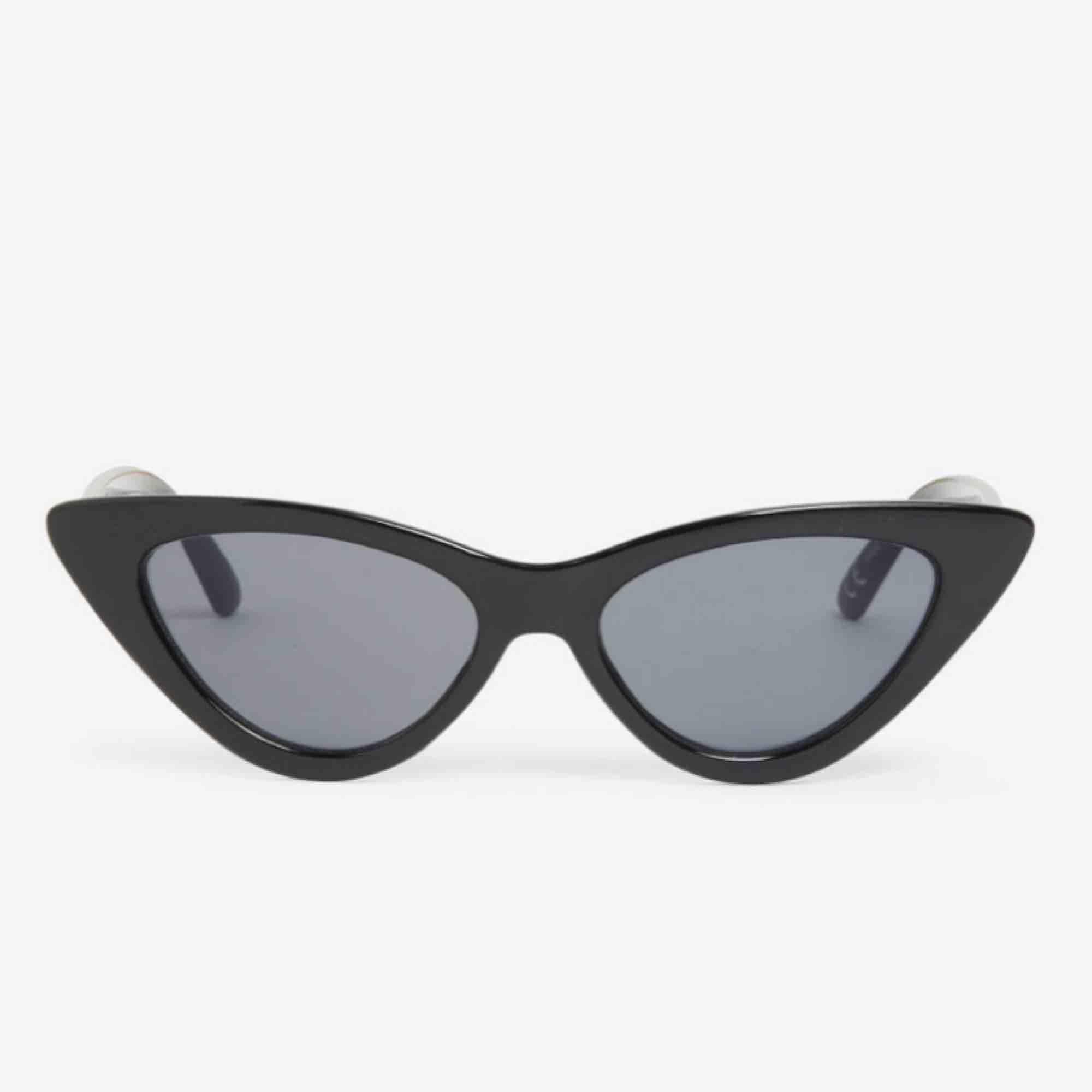 Jätte coola solglasögon från Monki. Köptes för 120 kr i somras, men är använda endast en gång så är i nyskick. (Bilderna är lånade från Monki, om du vill ha fler bilder är det bara att fråga💕) . Accessoarer.