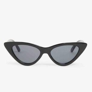 Jätte coola solglasögon från Monki. Köptes för 120 kr i somras, men är använda endast en gång så är i nyskick. (Bilderna är lånade från Monki, om du vill ha fler bilder är det bara att fråga💕)