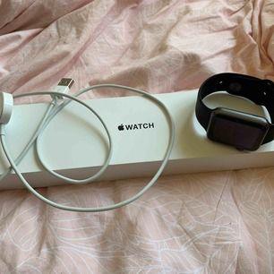 En helt oanvänd Apple Watch klocka. Original pris 3000 kr! Super bra skick. Kvitto finns och allt. 👍🏻 ni får laddare med och boxen!