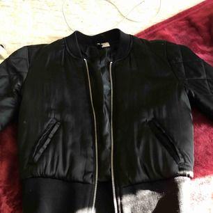 """Snygg svart bomber jacka ifrån H&M i strl 34 använd ett par få gånger """"fickorna"""" är lite slitna priset kan gås ner pga det men annars i as bra skick!"""