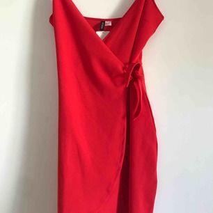 Oanvänd klänning med lapp kvar, slut i butik. Ordinarie pris 199, frakt ingår i priset