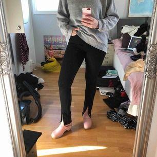 Högmidjade svarta jeans som jag har klippt upp nertill