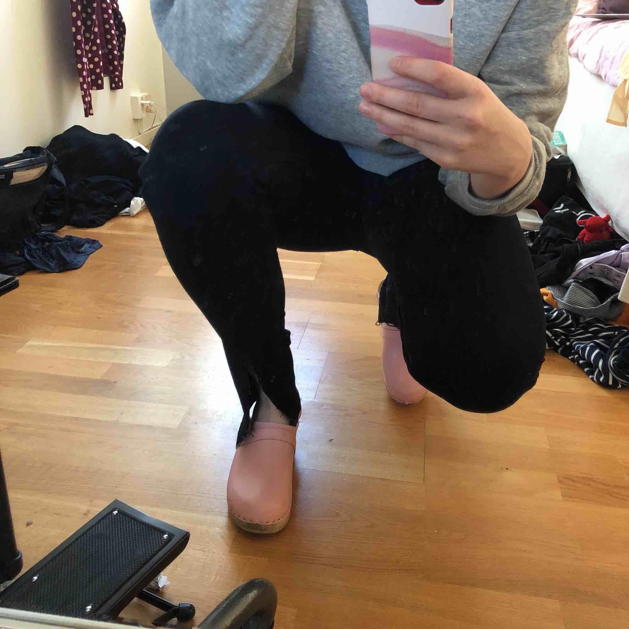 Högmidjade svarta jeans som jag har klippt upp nertill. Jeans & Byxor.