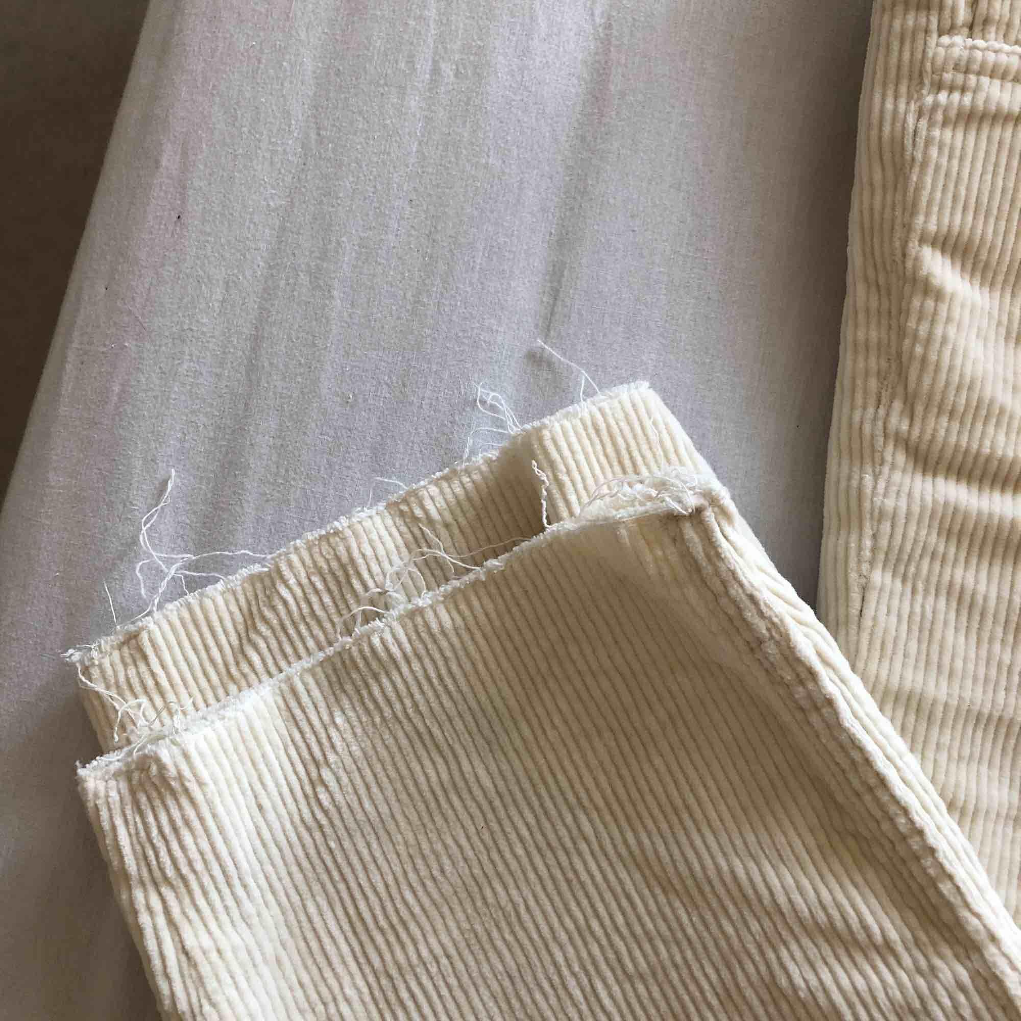 Jättesnygga vita manchesterbyxor. Köpta på h&m för 299kr, säljer dem för 200kr pga att ja enbart använt dem 2-3 ggr. Väldigt bra skick med andra ord. Köparen står för frakt 🧡. Jeans & Byxor.