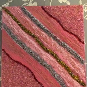 Jätte fin Handmålad tavla som är gjord av dekorations stenar akryl och epoxi resin Säljer den för 200kr.  Längd-60cm Bredd-60cm