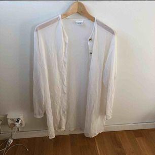 Skjorta, second hand, transparent.  Lite längre i modellen, så fin att ha uppknäppt typ över ett linne 👌